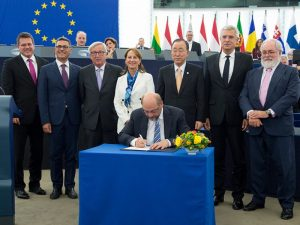 Martin Schulz signs Climate Agreement